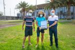 El consejero de Deportes del Cabildo de Gran Canaria, Francisco Castellano, entrega una placa conmemorativa a Luca Papi a su llegada a Maspalomas