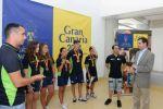Gimnastas del San José Dominicas muestran a Lucas Bravo de Laguna las medallas obtenidas en los campeonatos de España