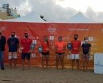 Francisco Castellano hace entrega de los premios a los ganadores del torneo BT50 del ITF Beachtennis Gran Canaria Final 2020