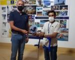 Francisco Castellano agasaja al jugador del ADM Econy Raúl Vega, reciente campeón de Europa Sub-22 de Baloncesto en Silla de Ruedas