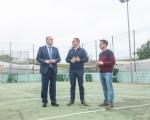 Francisco Castellano visita Moya y se compromete a realizar obras de renovación en las instalaciones deportivas municipales
