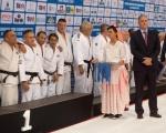 El consejero de Deportes, Francisco Castellano, entrega la medalla de oro al  equipo Campeón de Europa de Judo para Veteranos